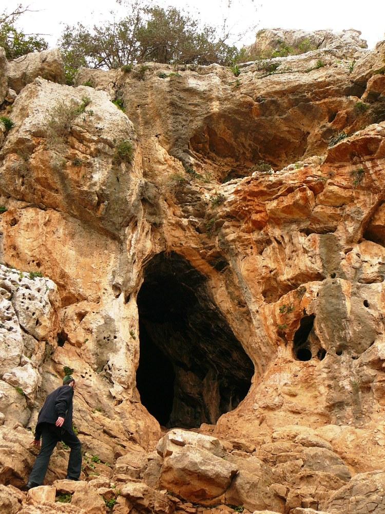 В пещере Эцба были найдены останки древнего человека