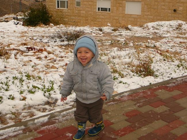 Что делает снег с израильской детворой