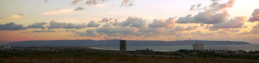Вид на Хайфский залив и на гору Кармель с кургана Акко
