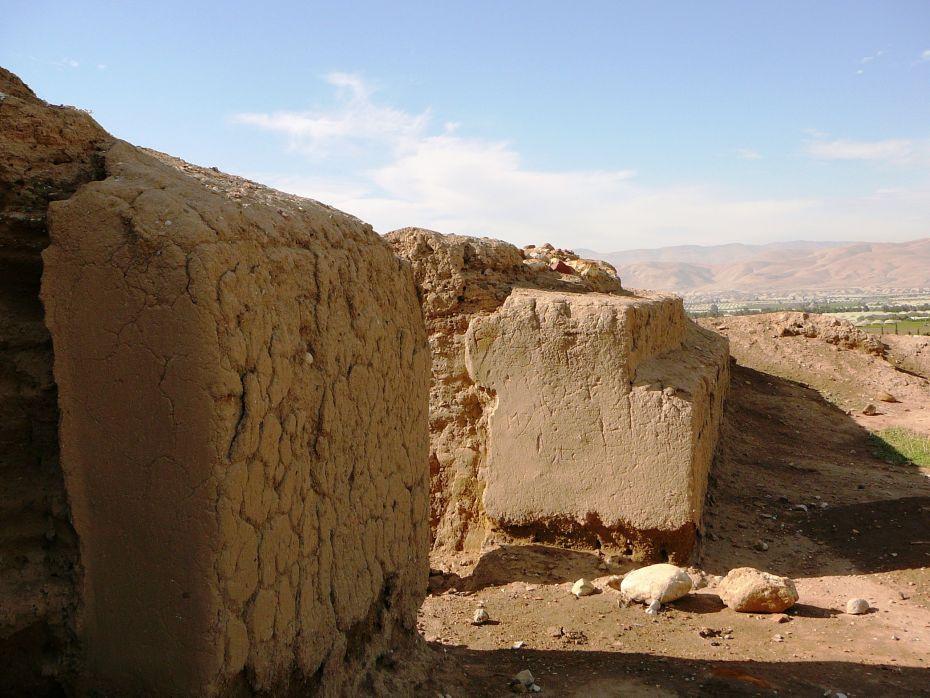 Стены древнего храма - вид снаружи