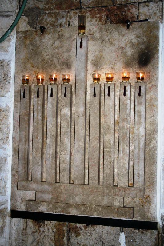 Ханукальные свечи - каменная плита при входе в дом, Бухарский район