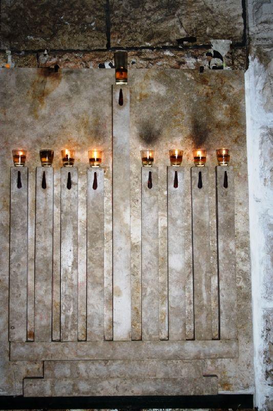8 свечей и шамаш (служка)